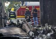 Máy bay rơi trúng xe bus làm 8 người chết