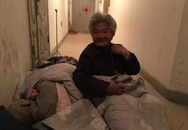 Bố mẹ già U80 nằm ngủ ngoài hành lang nhà con