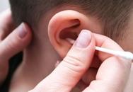Tác hại của việc lạm dụng tăm bông ngoáy tai cho trẻ