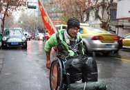 Người đàn ông ngồi xe lăn phượt dọc Trung Quốc