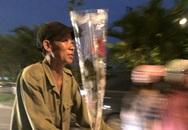 Hình ảnh ông chồng lam lũ mua hoa tặng vợ ngày 20/10 gây xúc động mạnh