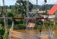 Cầu treo bị sập, nhiều người rơi xuống sông Đồng Nai