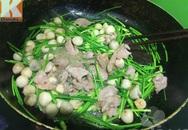 Thịt bò xào bông hẹ, nấm rơm ngon cơm