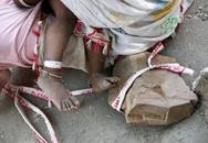 Mẹ buộc con 15 tháng vào khối đá để làm việc