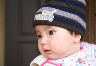 Bé gái 9 tháng bụ bẫm, xinh như thiên thần bị bỏ trong bao tải trước cổng chùa