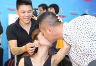 Jennifer Phạm và ông xã hôn nhau ở hậu trường