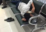 """Hình ảnh """"phát ngượng"""" của người đàn ông ở sân bay Nội Bài"""