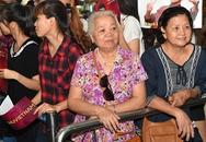 """Người hâm mộ cao tuổi đón đợi dàn sao """"Cô dâu 8 tuổi"""" ở Hà Nội"""
