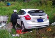 Nữ tài xế phi ô tô xuyên qua nhà dân, lao xuống suối