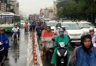 Taxi 7 chỗ rớt bánh khi đang đổ dốc cầu vượt
