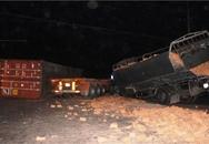 Container tông cực mạnh xe tải, tài xế chết tức tưởi trong cabin