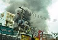 Garage ôtô cháy dữ dội giữa trưa, hàng trăm người tháo chạy