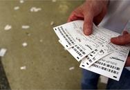 Nghiện cờ bạc, chồng mang cả vợ ra đặt cược