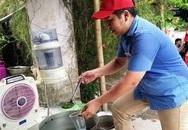 Người đàn ông dành tiền tiết kiệm nấu cơm phục vụ sĩ tử
