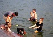 Nắng nóng cực đỉnh, người HN đưa chó cưng ra hồ Tây tắm cùng