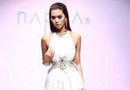 Hà Anh diện váy hở lườn trên sân khấu