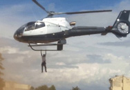 Thanh niên leo lên trực thăng nhòm xác người chết nhận cái kết đắng
