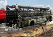 Hàng chục người hoảng loạn trên xe khách bốc cháy