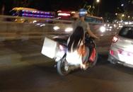 Cảnh tượng hiếm gặp của đôi bạn trẻ trên phố Hà Nội
