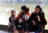 Bất ngờ nắng sau những ngày mưa rét, dân Hà Nội thích thú ra đường sưởi ấm