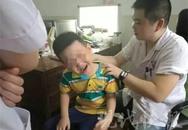 Chơi điện thoại suốt 2 tiếng, bé trai 6 tuổi bị lệch cổ nghiêm trọng