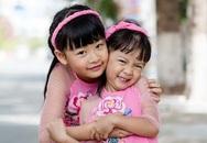 Không có bố mẹ cổ vũ, hai con gái Bình Minh vẫn bạo dạn tạo dáng