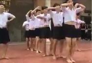 8 nam sinh Hà Nội mặc váy nhảy tại trường học