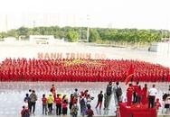 Gần 3.000 người tham gia xếp hình lá cờ Tổ quốc khổng lồ