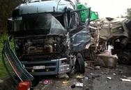 Xe tải đâm xe đầu kéo, 3 người kẹt trong cabin bị thương
