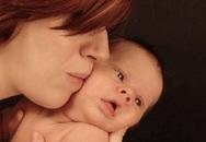 Bé gái suýt tử vong vì nụ hôn: Vì sao nụ hôn vô tình hại chết trẻ?
