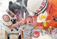 Bé trai 1 tuổi bị kẹt đầu vào xe đẩy, nhân viên cứu hộ chật vật giải cứu