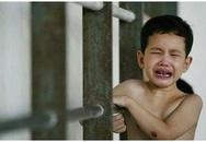 Bà mẹ Singapore tàn nhẫn bóp cổ, đẩy ngã con 4 tuổi đến chết vì học kém