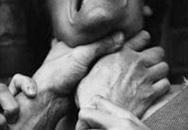Bóp cổ vợ cũ đến chết ngay trước mộ con gái mới mất