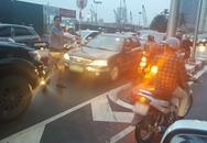 Bức xúc ô tô ngang nhiên đi ngược chiều xuống cầu vượt ở Hà Nội