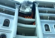 Khách sạn 5 sao đang hoàn thiện bất ngờ cháy dữ dội