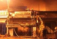 Giải cứu 4 người kẹt trong đám cháy giữa khuya