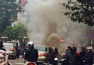 Hà Nội: Ô tô con bốc cháy dữ dội khi đang chạy trên đường