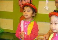 Jennifer Phạm hạnh phúc khoe con gái tự tin múa hát