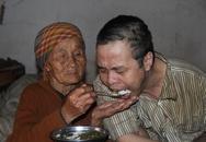 Đau đớn cảnh mẹ già 90 tuổi xích chân con trai 42 tuổi để chăm bẵm