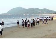 Du khách quay lại biển Thiên Cầm