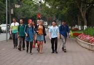"""Ngày đầu tiên ở """"phố đi bộ"""" Hà Nội: Dạo Bờ Hồ, lướt wifi miễn phí"""