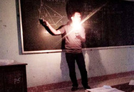 Thầy giáo cầm đèn dầu dạy học trước kỳ thi quốc gia