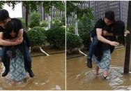 Cô gái lội nước cõng người yêu qua đường gây sốc