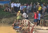 Hai người đàn ông bay xuống sông sau cú tông xe máy trên cầu