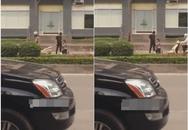 Nóng: Cô gái hạ mình quỳ xin khóc lóc trước mặt chàng trai trên phố