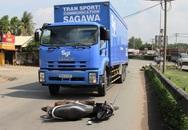 Hai vợ chồng nguy kịch vì bị xe tải kéo lê 20m giữa xa lộ