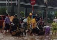 Mưa lớn đầu mùa, Hà Nội giao thông tê liệt, đường biến thành sông