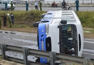 Xe lật ngay chân cầu, hàng chục công nhân thoát chết trong gang tấc