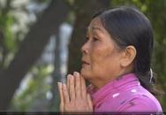 Mẹ Vũ Văn Tiến vái lạy gia đình nạn nhân vụ thảm sát