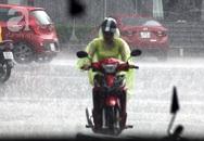 """Người Hà Nội thích thú với cơn mưa """"vàng"""" giải nhiệt giữa trưa oi bức"""